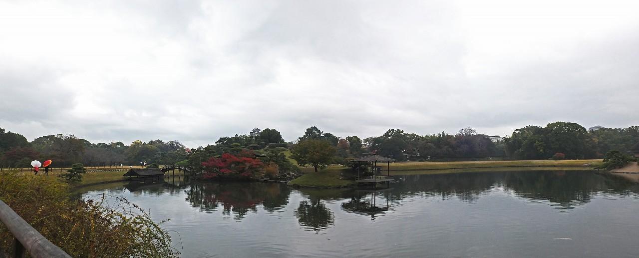 s-20151109 後楽園今日の雨が降り始めた園内沢の池ワイド風景 (1)