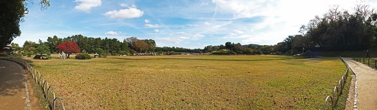 s-20151116 後楽園芝生の西端から眺めた園内空模様ワイド風景 (1)