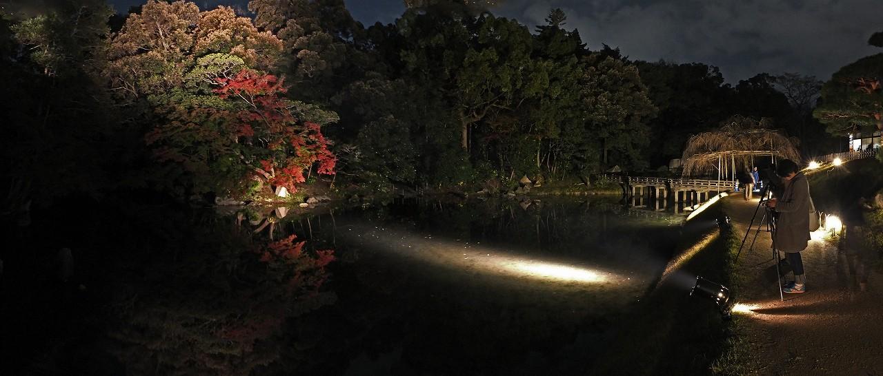 s-20151121 後楽園秋の幻想庭園花葉の池のライトアップの眺めワイド風景 (1)