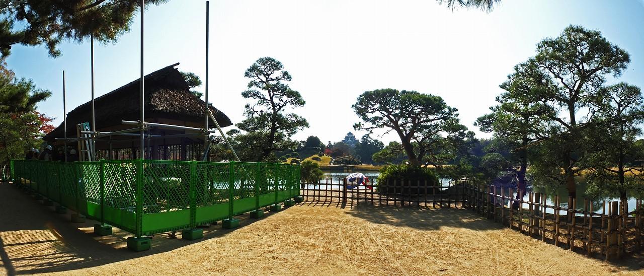 s-20151202 後楽園今日の園内腰掛茶屋の屋根葺き替え工事着工の様子ワイド風景 (1)