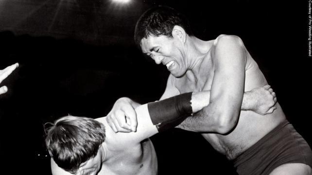 写真:スタン・ハンセンの左腕をアームロックで締め上げるジャイアント馬場