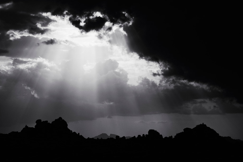 雲を突き抜けるその光