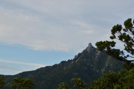 5立派な岩が建つ山