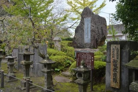 8移築した門柱跡