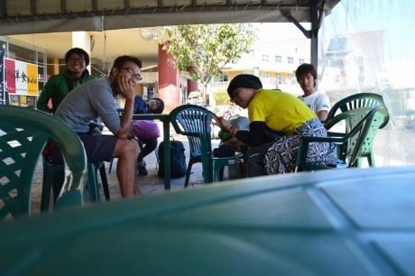 1ラーメン屋開店を待つ人々