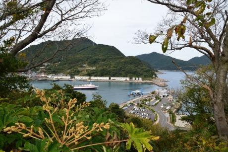 17奈良尾温泉から見える港