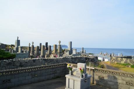 8嵯峨島を背景に佇む墓地
