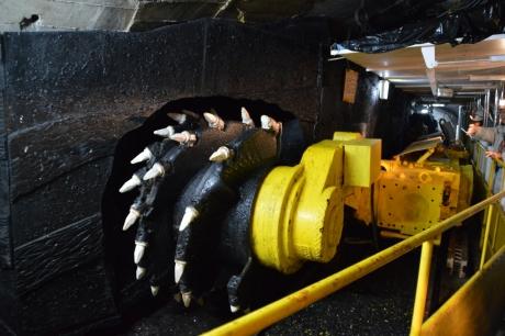 12石炭を削り取る