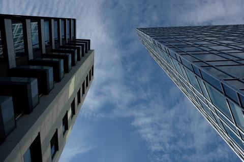 14ビルの間の青空