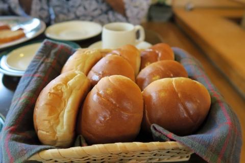 08熱々のロールパン