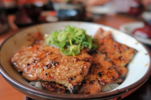 16豚味噌丼