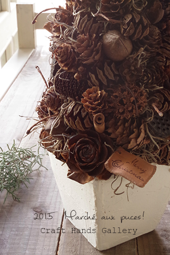 木の実をひとつひとつワイヤリングした北欧風のクリスマスツリーアレンジメント