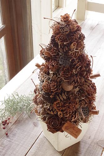 木の実の色合いが素敵ナチュラルなクリスマスツリー
