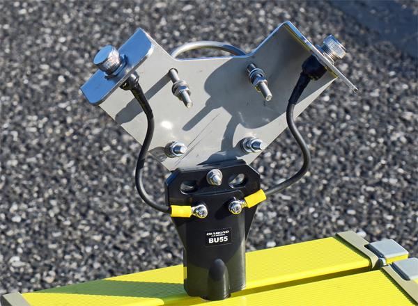 本体は頑丈なステンレス製。コネクターの防水用キャップも付いてくる。