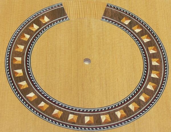 完成したギターの口輪