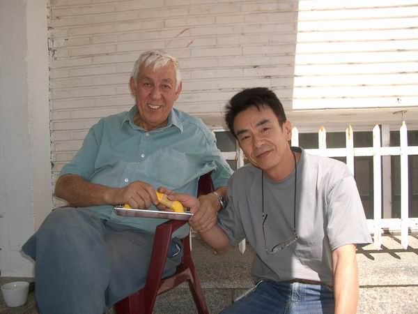Toshihito Maruyama presenting José Romanillos with the special sander, Course 2007.jpg