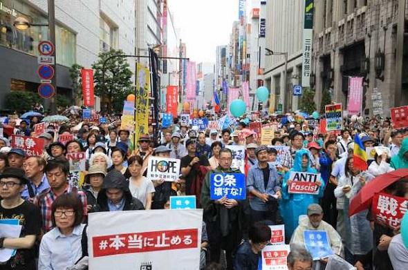安保法案:新宿ホコ天デモ 毎日新聞・新宿の歩行者天国で行われた安保関連法案に反対する学生と学者による抗議集会に集まった多くの人たち=東京都新宿区で2015年9月6日午後3時12分、梅村直承撮影