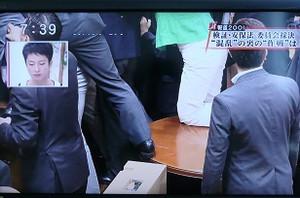 蓮舫は、民主党の牧山弘恵が「足を引っ張られてテーブルから引きずり落とされた」と被害を受けたように主張しているが、委員会の最中に土足でテーブルに上がったら、テーブルから引きずり降ろされるのだ当然だろう。