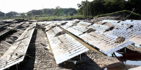 濁流が流れ込むきっかけになったと住民が訴えるソーラーパネル(撮影・三須一紀)