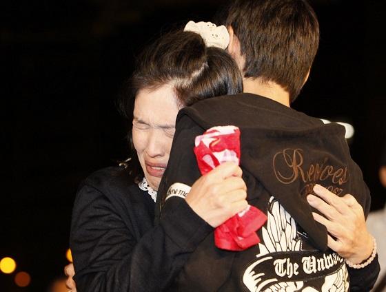 釈放され、長男との再会を喜ぶ青木恵子さん=大阪市北区で2015年10月27日午前0時7分、三村政司撮影
