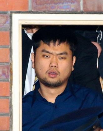 麹町警察署を出る全昶漢容疑者=9日午後8時44分、東京都千代田区、川村直子撮影。逮捕された韓国人のチョン・チャンハン(全昶漢)容疑者(27)