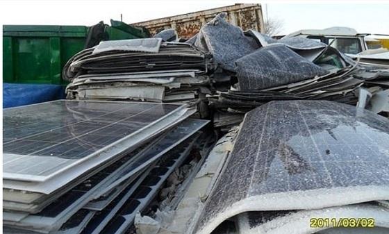 ソーラーパネルには、ヒ素、鉛、カドミウム、インジウムなどの有害物質(猛毒や発癌性物質)が含まれており、水害で溶け出してしまうので環境汚染も深刻だ。 有害物質含有リスクに配慮した太陽電池の適正処理等ガイ