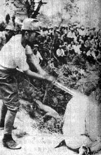 「日本兵が中国人の首を軍刀で斬り落とす」とされる16枚の写真の1枚。しかし、東中野教授は「中国がでっち上げた写真」と指摘する。真冬のはずなのに、日本兵とされる人たちの服装は軽装で、腕まくりをする人も見え