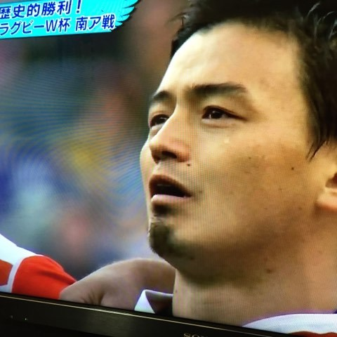 試合開始前の国家斉唱で、一列に並び肩を組み、君が代を歌う五郎丸選手の目から、一筋の涙が溢れたんだ。