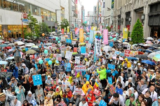 安保関連法案反対を訴える抗議行動には多くの人たちが参加した=6日午後4時8分、東京・新宿、日吉健吾撮影