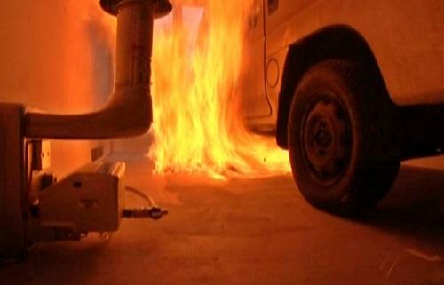 「実験では7.3ℓガソリンをまいている途中に引火して激しく燃えた」とされ、だとすると「朴龍晧は大火傷を負ったはずなのに、実際には前髪が焦げていただけだった」というものだ。