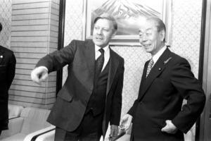 1978年10月11日、東京都内で福田赳夫首相(右)と会談したヘルムート・シュミット西独首相