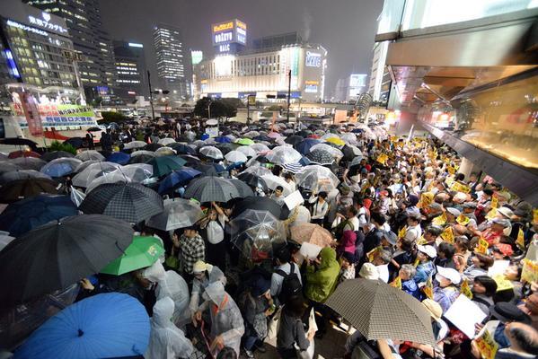迷惑テロ!大混雑する帰宅ラッシュ時の新宿駅前で岡田、志位、福島らが街宣 20150908雨の中これは酷い。通行の邪魔だってぶん殴られても文句言えないし、殺意沸くレベル。自分たちのことばっかで全く国民のこと考え