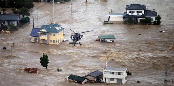 増水した鬼怒川が決壊し、自衛隊ヘリで屋根から救助される=10日午後、茨城県常総市(本社チャーターヘリから、大山文兄撮影)