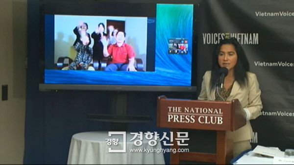 ▲『ベトナムの声』のシンディ・グエン事務局長が15日午前、ワシントンのナショナルプレスクラブで行った記者会見でパク・クネ大統領に韓国軍によって強姦被害を受けたベトナム人女性に謝罪するよう要求している。後