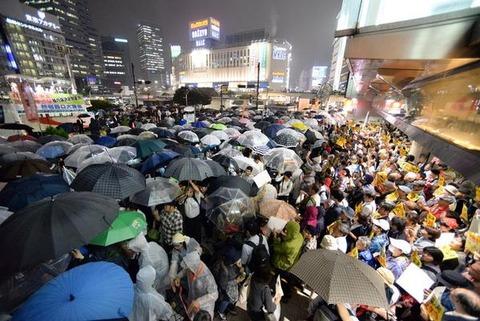 雨の中これは酷い。通行の邪魔だってぶん殴られても文句言えないし、殺意沸くレベル。自分たちのことばっかで全く国民のこと考えてないじゃん。