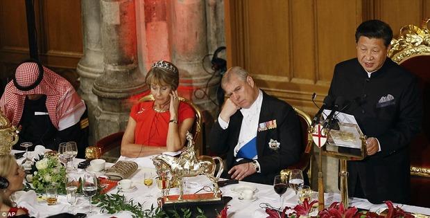 【画像】 晩餐会での習近平の挨拶を傍らで聞くアンドリュー王子の態度が酷すぎると話題に