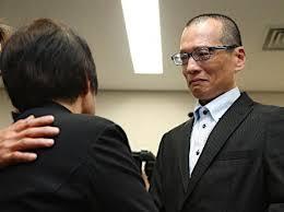 20年ぶりに釈放され、母親(左)と見詰め合う朴龍晧さん=26日夜、大阪市北区