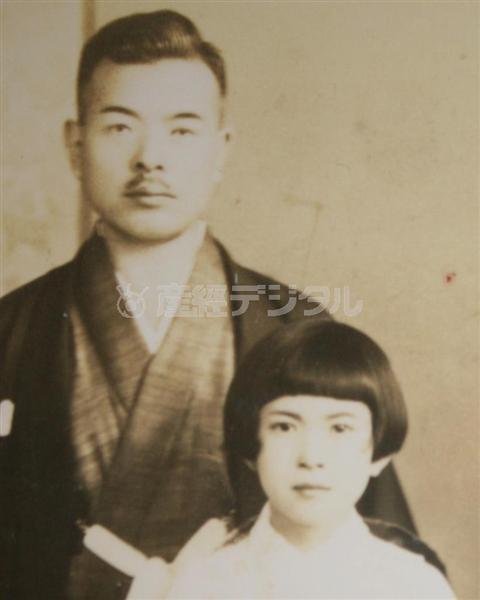 父・友七郎さんと少女時代の濱口光恵さん(濱口光恵さん提供)