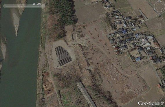 Google Earthでは、2014年3月22日の時点で、この位置にソーラーパネルがあるのが確認できる。