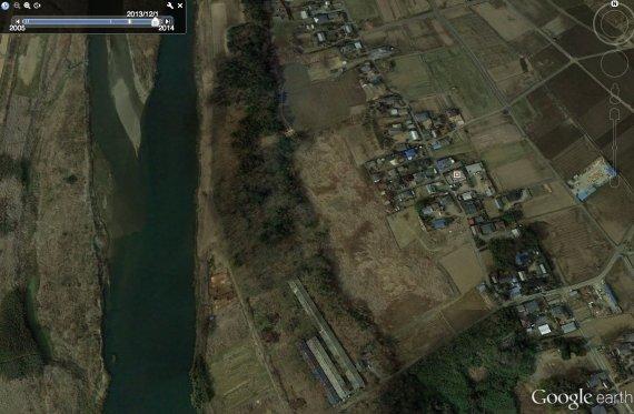 2013年12月1日の時点では、この位置には丘が残っていたことも確認できる。