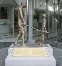 北里生命科学研究所棟前の像はエーバーメクチン発見25周年を記念して、ブルキナファソに建てられている像を現地の芸術家が再現して作成したものでオンコセルカ症の大人を杖で引いて歩く子供の像です。