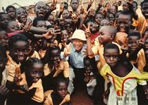 アフリカ視察中の大村博士、オンコセルカ症の恐怖から解き放たれた純粋な瞳の子供たちに囲まれて