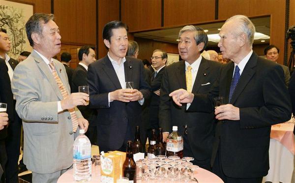 中国大使館で開かれた「抗日戦勝70年」を記念するレセプションに出席した(左から)共産党の穀田恵二国対委員長、公明党の山口那津男代表、民主党の赤松広隆前衆院副議長、村山富市元首相 =31日午後、東京都港