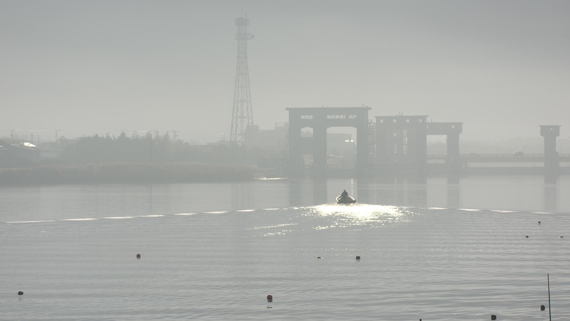 朝靄に包まれた逆水門