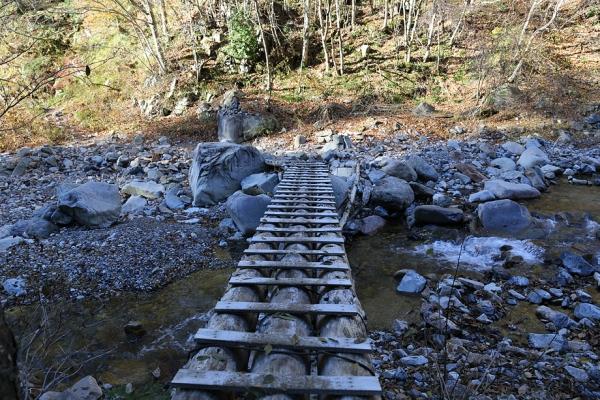 橋があるが、普通に渡渉もできる。