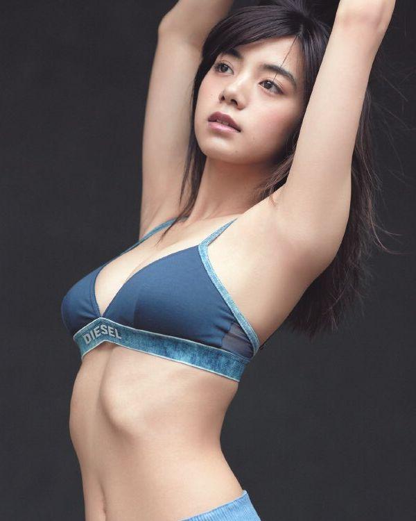池田エライザ 巨乳の水着姿と自撮り画像67枚の1