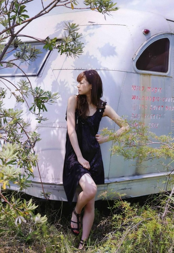 西内まりや 水着で見せるセクシーなBカップ美乳エロカワ画像a001.jpg