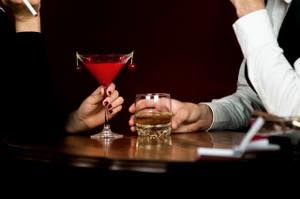 お酒を楽しむ男女