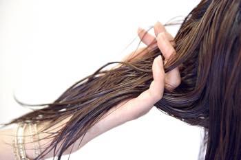 髪に触れるから