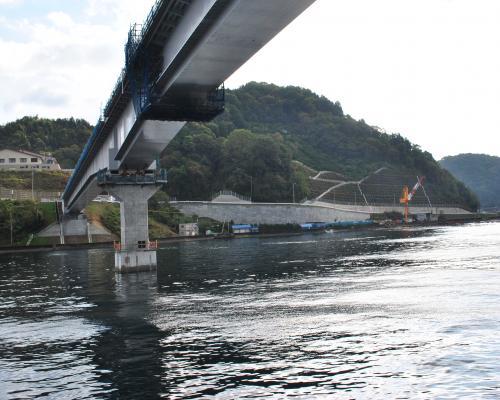 橋の下通過